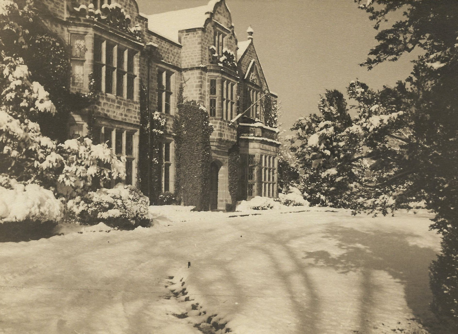 Virginia House in Winter. Archival Photograph from the Personal Collection of Alexander and Virginia Weddell, courtesy of the Virginia House Museum.