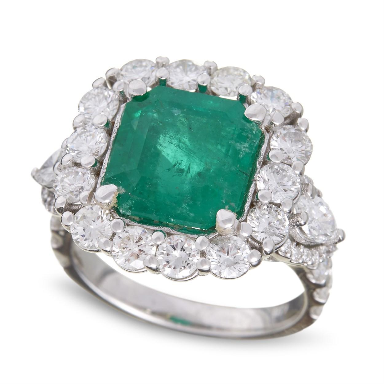 Lot 62 - An emerald, diamond, and eighteen karat white gold ring