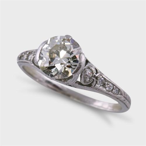 Lot 12 - An Art Deco diamond and platinum ring