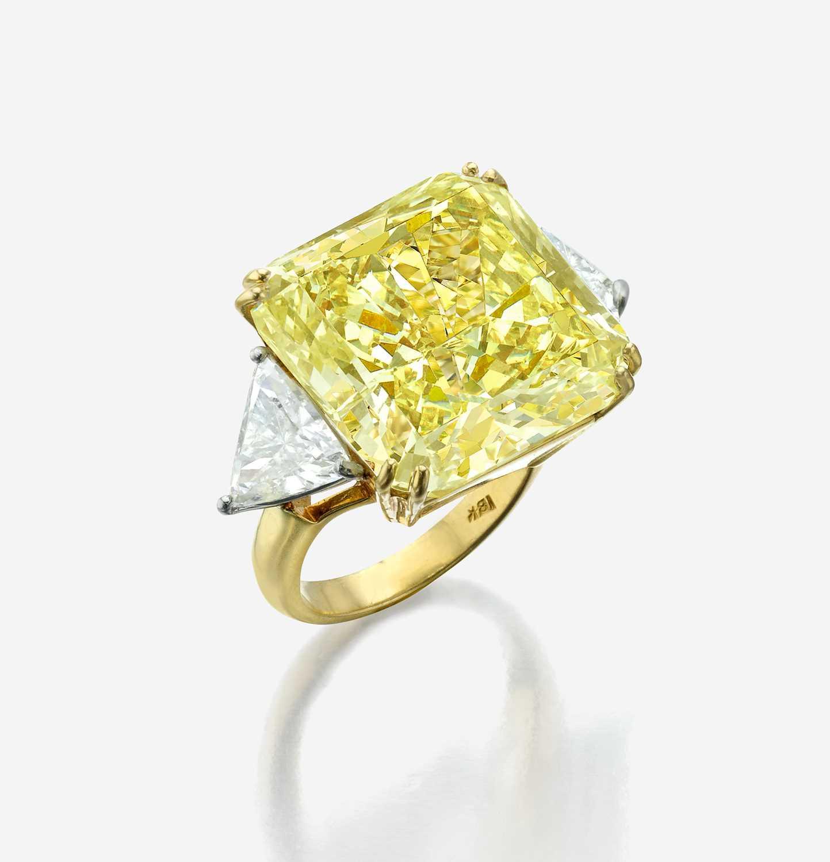 Lot 160 - An impressive fancy light yellow diamond ring