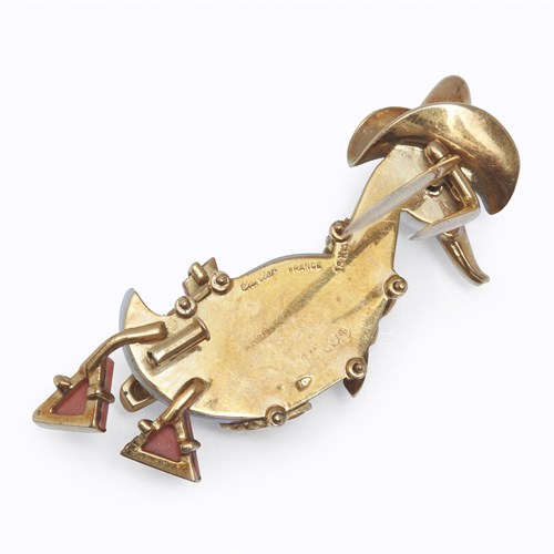 Lot 1 - A gem-set, agate, and eighteen karat gold clip brooch, Cartier