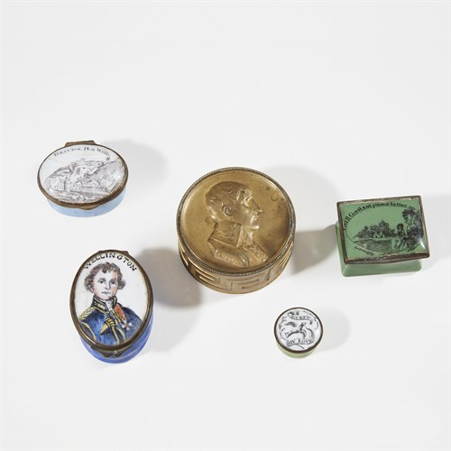 Lot 33 - Group of pill boxes