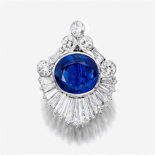 Lot 120 - A sapphire, diamond, and eighteen karat white gold pendant brooch