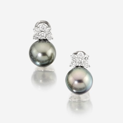 Lot 34 - A South Sea Tahitian cultured pearl, diamond, and eighteen karat white gold necklace with similar earclips