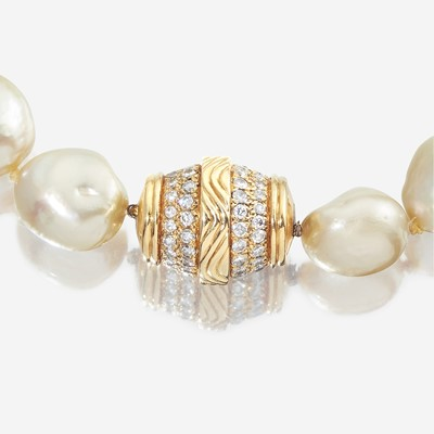 Lot 29 - A South Sea baroque cultured pearl, diamond, and eighteen karat gold necklace