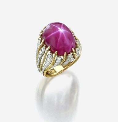 Lot 40 - A star ruby, diamond, and eighteen karat gold ring
