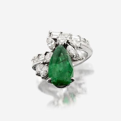 Lot 106 - An emerald, diamond, and fourteen karat white gold ring