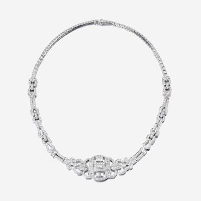 Lot 151 - A diamond and eighteen karat white gold necklace