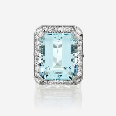 Lot 58 - An aquamarine, diamond, and platinum ring