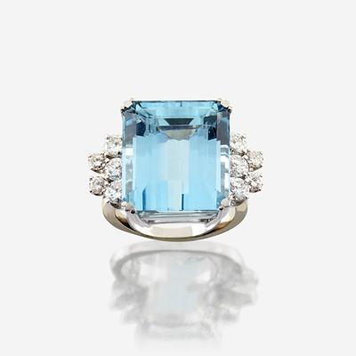 Lot 82 - An aquamarine, diamond, and eighteen karat white gold ring