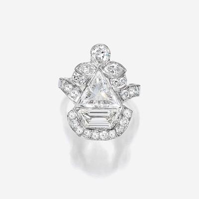 Lot 156 - A diamond and platinum ring