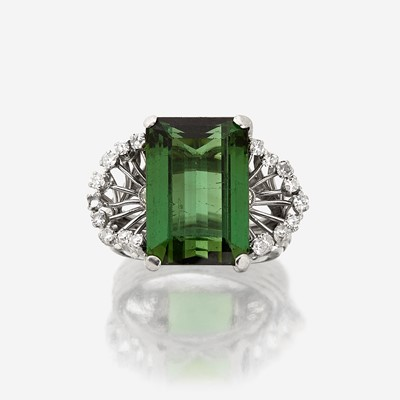 Lot 134 - A green tourmaline, diamond, and platinum ring