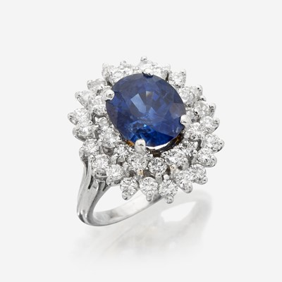 Lot 59 - A sapphire, diamond, and eighteen karat white gold ring