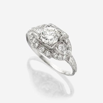 Lot 10 - An Art Deco diamond and platinum ring