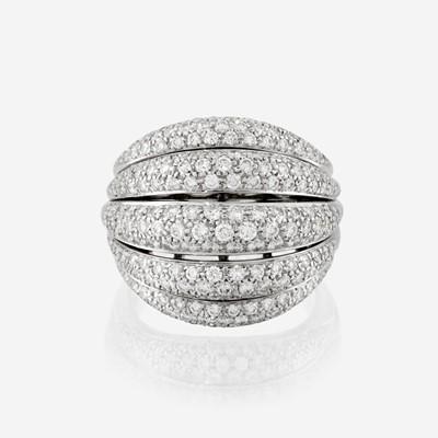 Lot 101 - A diamond and eighteen karat white gold ring