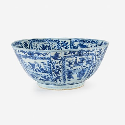 Lot 32 - A large Chinese blue and white porcelain bowl