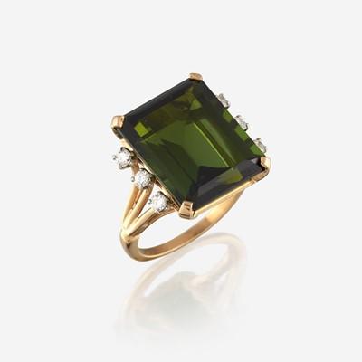 Lot 180 - A tourmaline, diamond, and fourteen karat gold ring