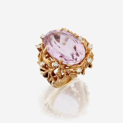 Lot 191 - A kunzite, diamond, and fourteen karat gold ring