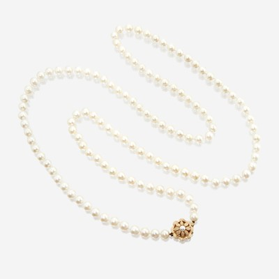 Lot 129 - A cultured pearl and fourteen karat gold necklace