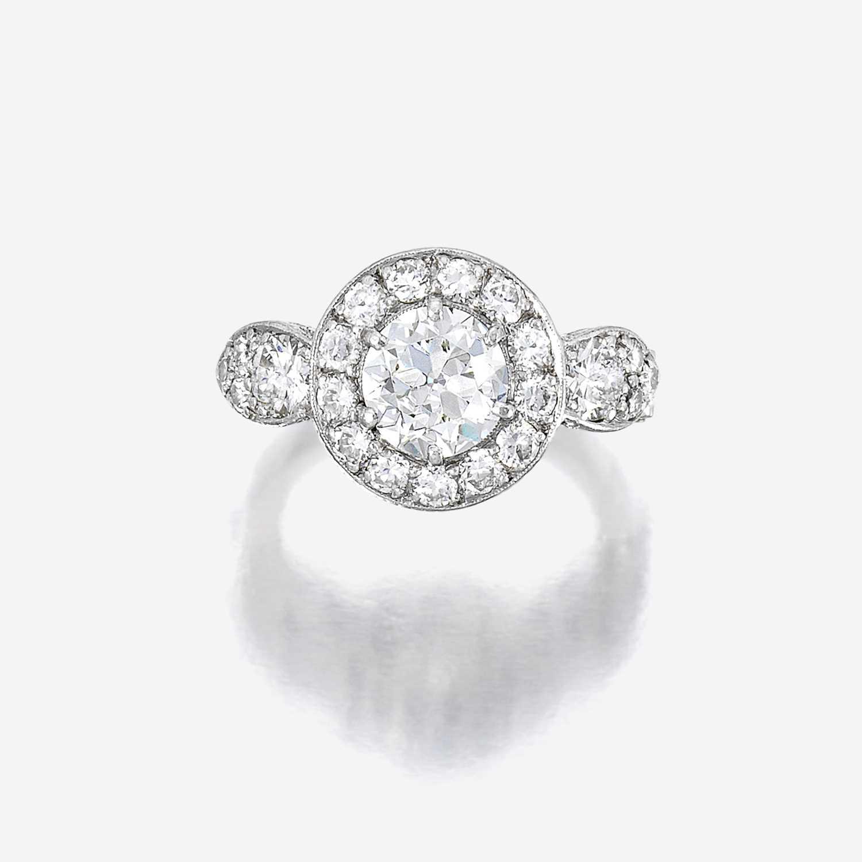Lot 86 - A diamond and platinum ring
