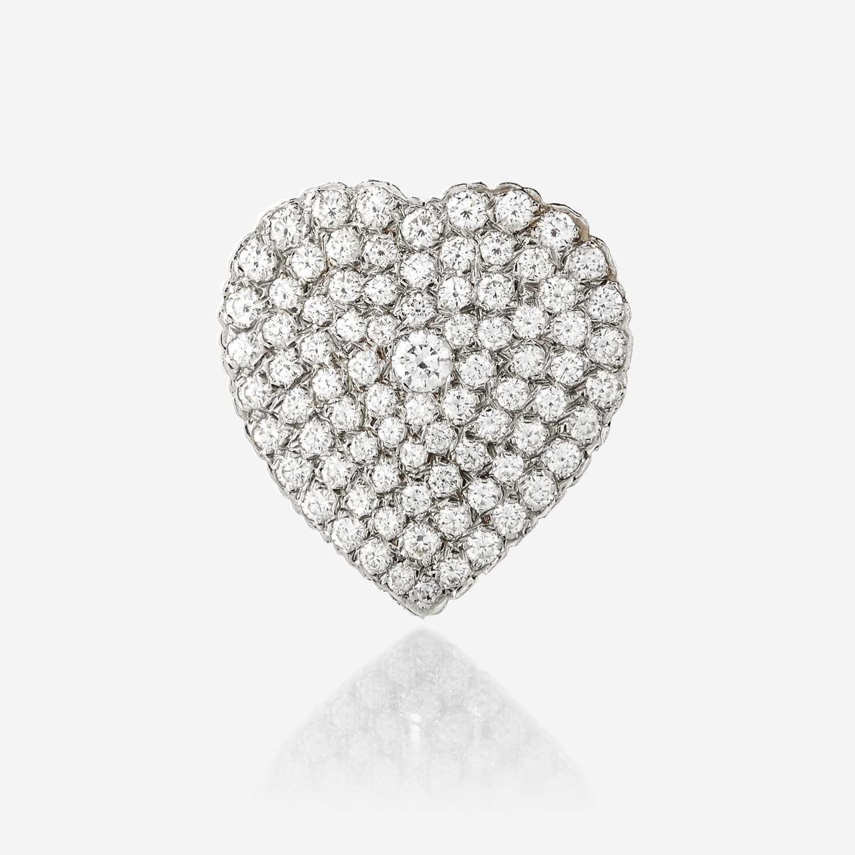 Lot 60 - A diamond and eighteen karat white gold pendant/brooch