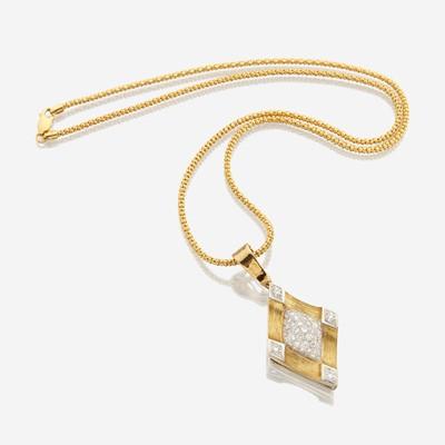 Lot 36 - An eighteen karat gold and diamond pendant necklace