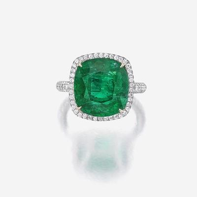 Lot 102 - An emerald, diamond, and platinum ring