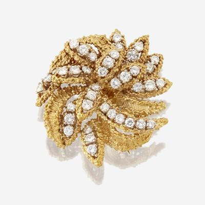Lot 137 - An eighteen karat gold and diamond brooch