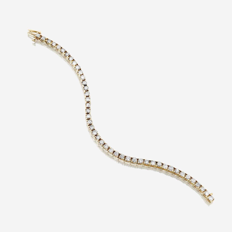 Lot 37 - A diamond and fourteen karat gold bracelet