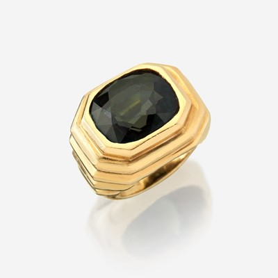 Lot 27 - A color change alexandrite and eighteen karat gold ring