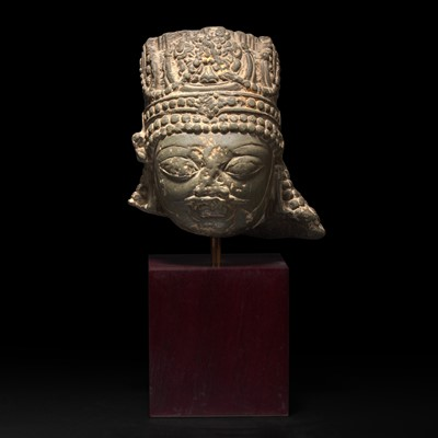 Lot 154 - A Kashmiri carved stone head of a crowned figure 印度石雕带冠头像