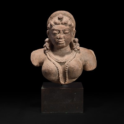 Lot 166 - An Indian carved stone bust of a female deity 印度石雕女性神像