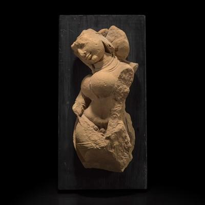 Lot 164 - An Indian carved buff sandstone figure of an Apsara 印度石雕广延天女