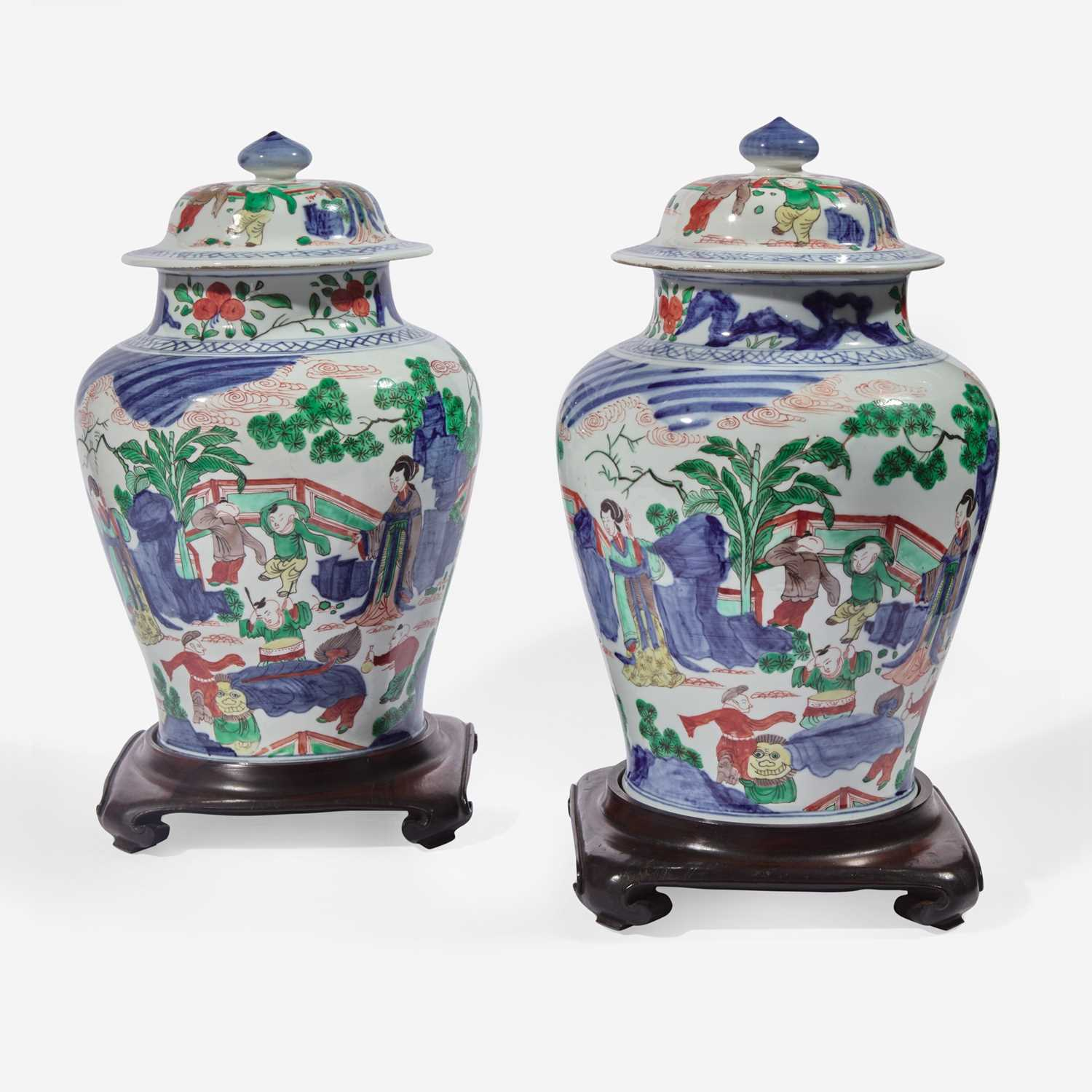 Lot 39 - A pair of Chinese wucai decorated porcelain jars with covers 五彩带盖带底座大罐一对