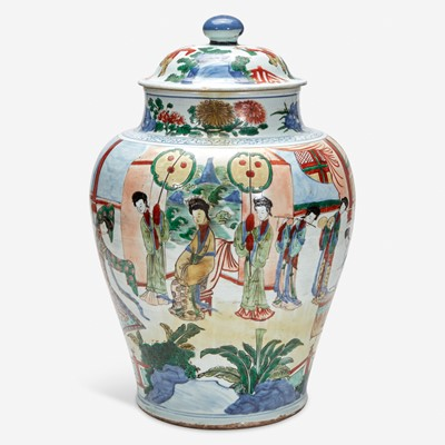 Lot 86 - A large Chinese wucai-decorated porcelain jar and cover 五彩带盖大罐