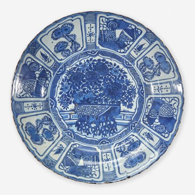 """Lot 84 - A large Chinese blue and white """"Kraak"""" porcelain charger 克拉克瓷青花大盘"""