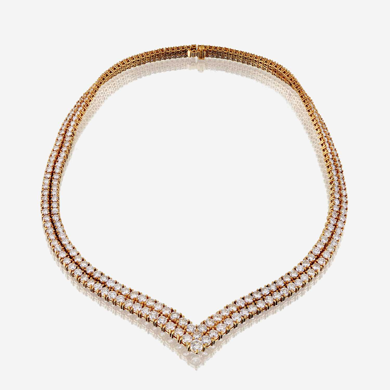Lot 24 - A diamond and eighteen karat gold necklace