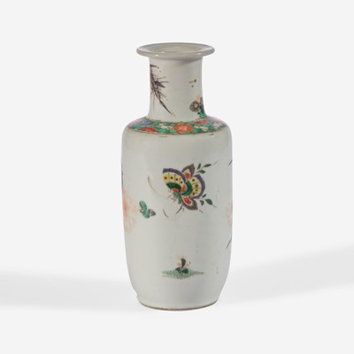 Lot 12 - A small Chinese famille verte-decorated porcelain rouleau vase 五彩纸槌瓶