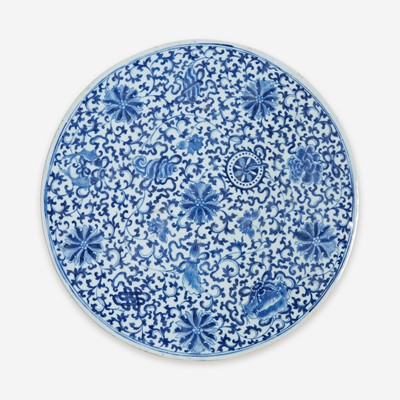 Lot 25 - A Chinese blue and white porcelain circular plaque 青花缠枝花卉瓷板