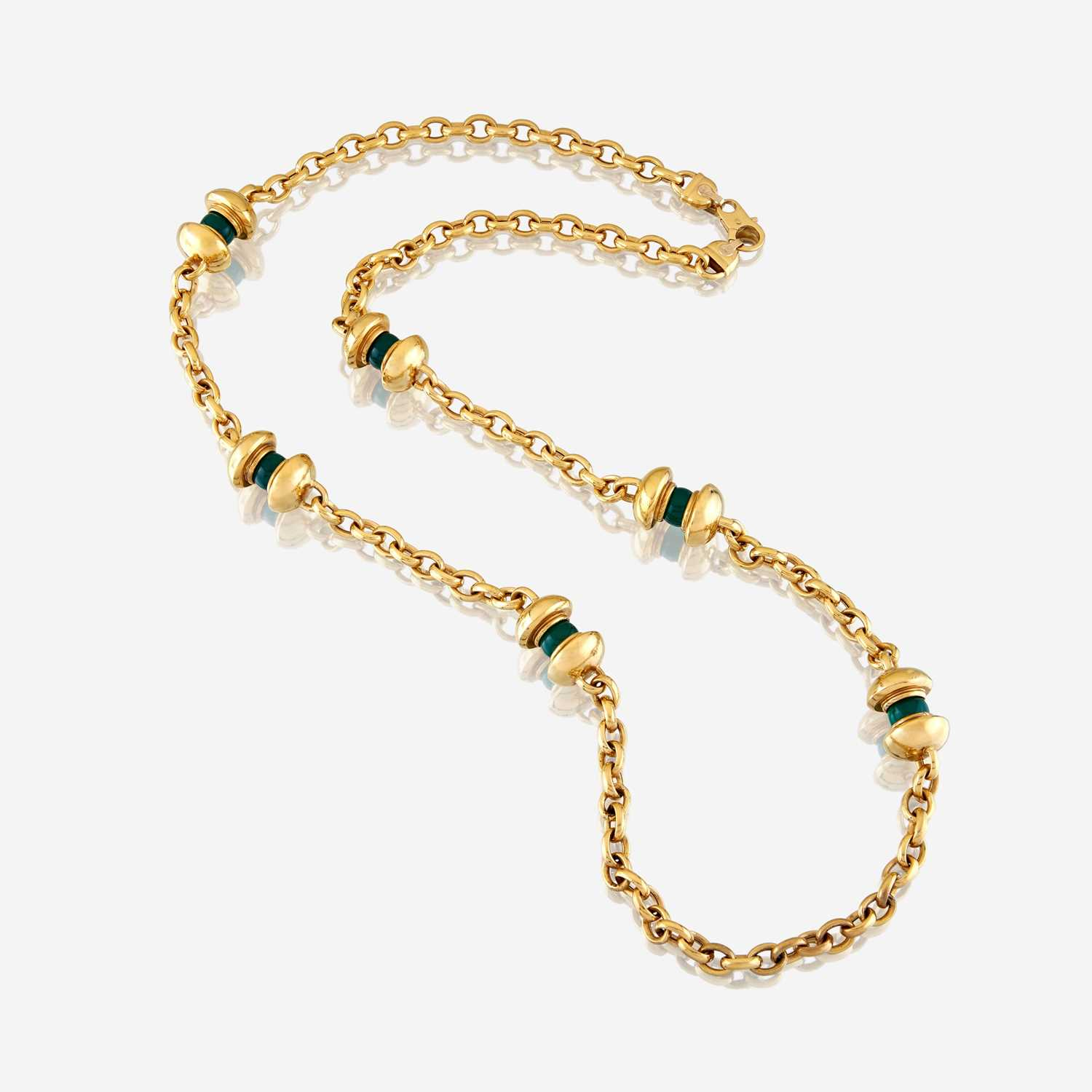 Lot 35 - An eighteen karat gold and dyed chalcedony necklace