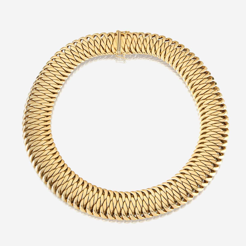 Lot 38 - An eighteen karat gold necklace