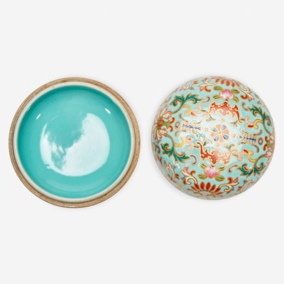 Lot 29 - A Chinese enameled porcelain faux cloisonné seal paste box and cover 珐琅彩带盖印泥盒
