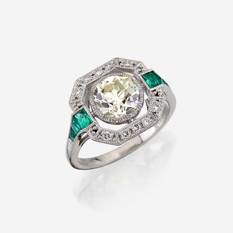 Lot 8 - A diamond, emerald, and platinum ring