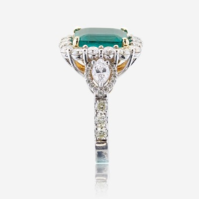 Lot 49 - An emerald, diamond, and eighteen karat white gold ring
