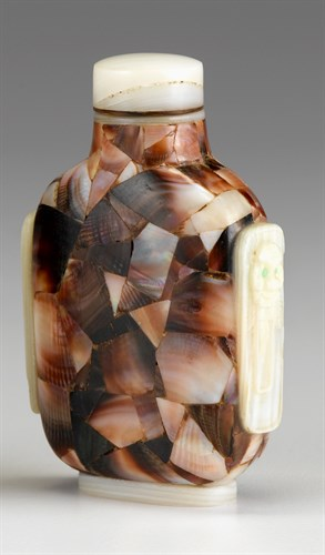 Lot 7 - Chinese mother-of-pearl snuff bottle