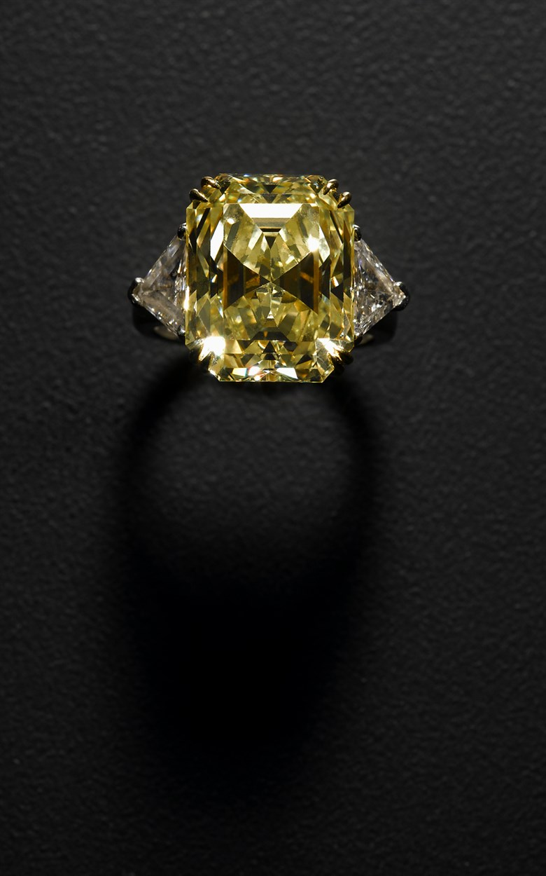 Lot 188 - Impressive lady's yellow and white diamond dinner ring