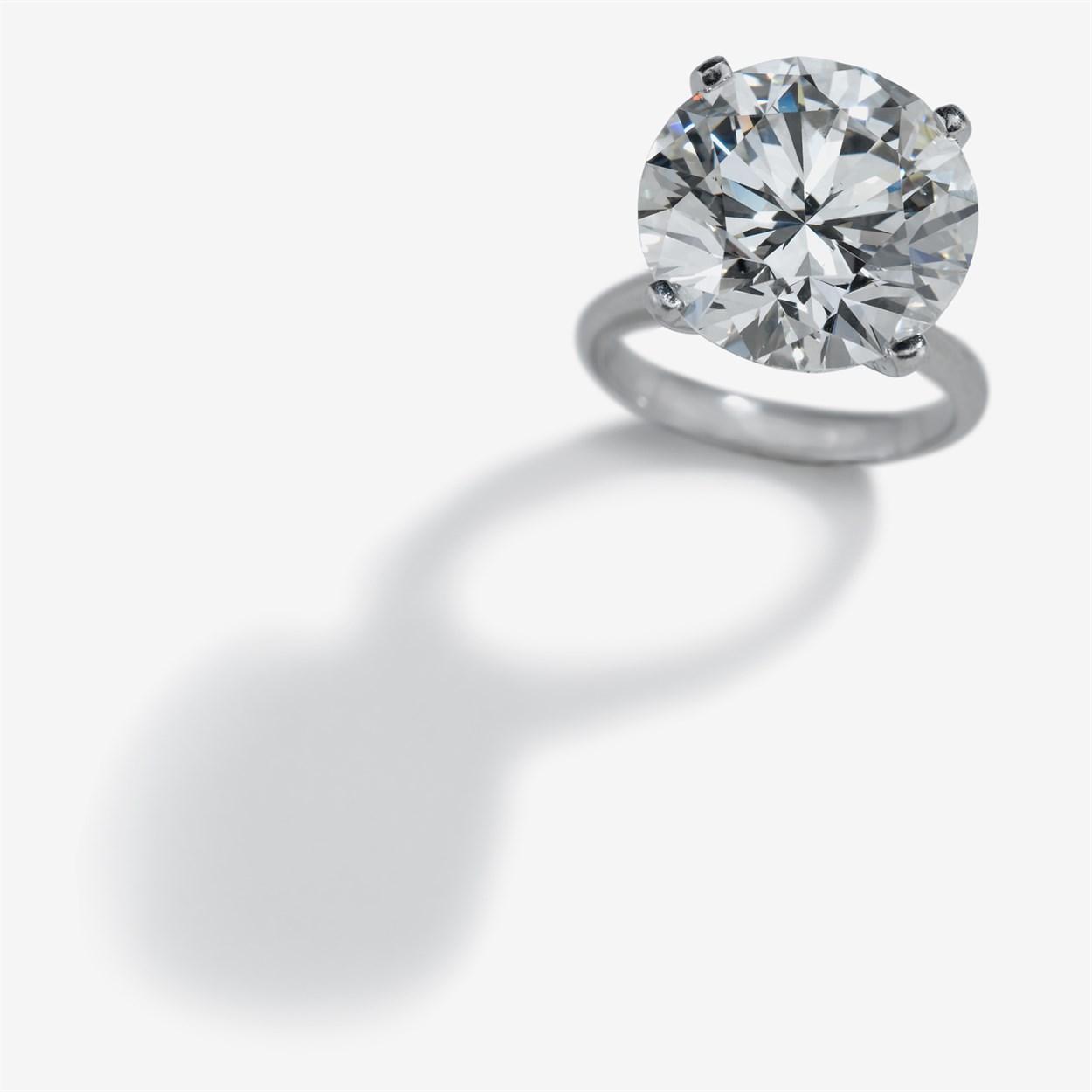 Lot 191 - An impressive diamond and platinum ring